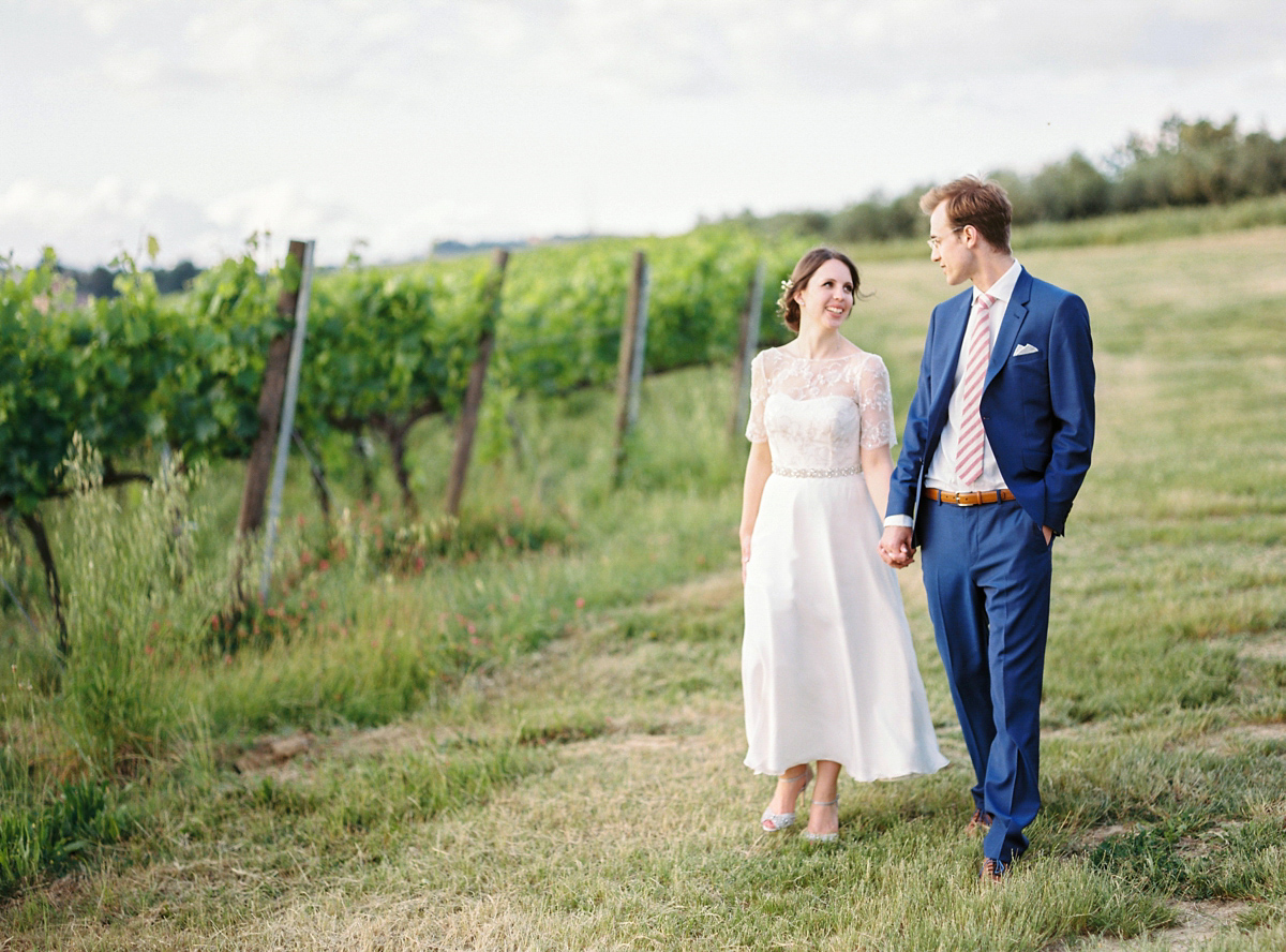Our Lovettes member and bride Kate wore a 1950's inspired short gown for her wedding in the rural Italian countryside. Photography by Gert Huygaerts.