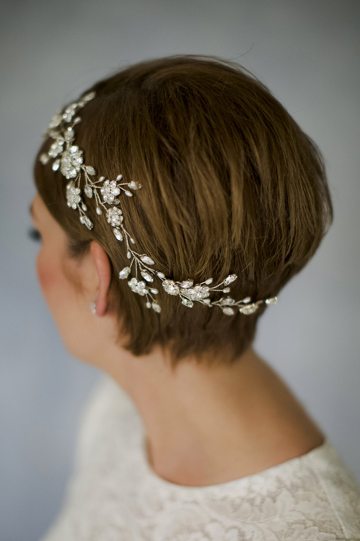 dd7324fcf79 How To Style Wedding Hair Accessories With Short Hair